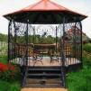 Оформление загородного дома: металлические беседки
